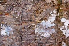 Gammal tegelstenvägg av en övergiven byggnad Royaltyfri Bild