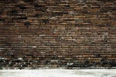 Gammal tegelstenvägg i bakgrund Royaltyfri Fotografi