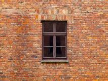 Gammal tegelstenvägg med det bruna fönstret royaltyfri foto