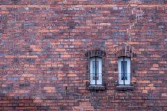 Gammal tegelstenvägg med det tegelsten fyllda fönstret arkivbilder