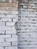 Gammal tegelstenvägg med det vita slutet för målarfärgbakgrundstextur upp arkivfoto
