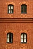 Gammal tegelstenvägg med fönster fyra Fotografering för Bildbyråer