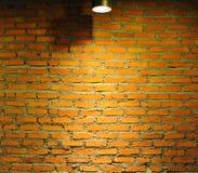 Gammal tegelstenvägg med lampan Royaltyfri Fotografi