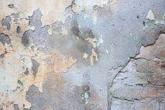 Gammal tegelstenvägg med skalningsmurbruk Arkivfoton