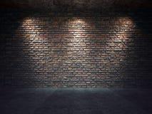 Gammal tegelstenvägg som är upplyst vid strålkastare