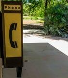 Gammal telefon i parkera fotografering för bildbyråer