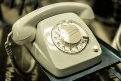 Gammal telefon, telefon med visartavlaplattan - retro objekt Arkivfoton
