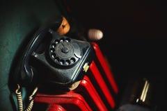 Gammal telefon på det röda elementet royaltyfri bild