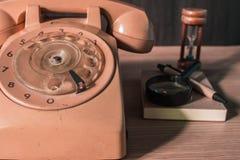 Gammal telefon på ett trä arkivbild