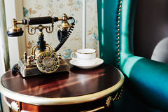 Gammal telefon på tabellen Royaltyfria Bilder