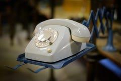 Gammal telefon, telefon med visartavlaplattan - retro objekt Arkivfoto