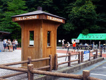 Gammal telefonask i Japan arkivbild