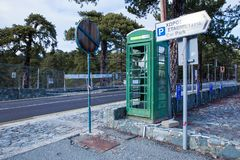 Gammal telefonkoja på gatan Urban beskådar Loppfoto 2018, dece fotografering för bildbyråer