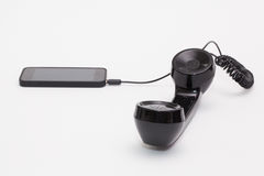 Gammal telefonmottagare och kabelanslutning med den nya telefonen Fotografering för Bildbyråer