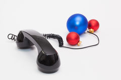 Gammal telefonmottagare och kabelanslutning med julgarnering Arkivbild