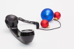 Gammal telefonmottagare och kabelanslutning med julgarnering Royaltyfri Bild