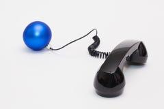 Gammal telefonmottagare och kabelanslutning med julgarnering Royaltyfria Bilder