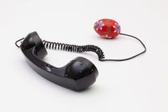 Gammal telefonmottagare och kabelanslutning med påskägg Royaltyfri Bild