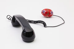 Gammal telefonmottagare och kabelanslutning med påskägg Royaltyfri Foto