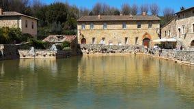 Gammal termisk semesterort i Tuscany Bagno Vignoni på Italien arkivfilmer