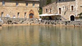 Gammal termisk semesterort i Tuscany Bagno Vignoni på Italien lager videofilmer