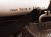 gammal textskrivmaskin för fokus Royaltyfria Bilder
