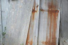 Gammal textur för tak för metallark Modell av det gamla metallarket Arkivbild