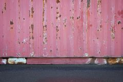 Gammal textur för tak för metallark eller gammal vägg för lastbehållare med den konkreta golv- eller asfaltvägen Arkivbild