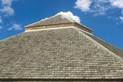 Gammal textur för taktegelplatta, på bakgrund för blå himmel Royaltyfria Foton