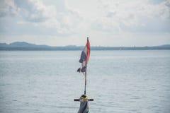 Gammal thai flagga med havet och blå himmel royaltyfria bilder