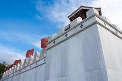 Gammal thai vägg med blå himmel Arkivbild