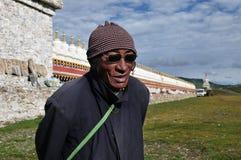 Gammal tibetan man Arkivfoton