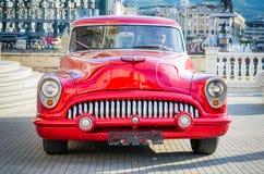 Gammal tidmätarebil för härlig röd tappning från sextio i ett centrum Royaltyfria Bilder