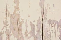 Gammal timmervägg med rester målarfärg Arkivfoton