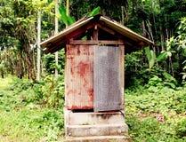 Gammal toalett i trädgård i Thailand Royaltyfri Bild