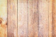 Gammal tom brun plankavägg i vertikala modeller för bakgrund royaltyfria foton