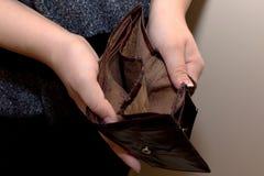 Gammal tom plånbok i händerna av kvinnor Armodbegrepp Fotografering för Bildbyråer