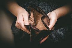 Gammal tom plånbok i händerna Tom handväska för tappning i händer av w royaltyfri fotografi