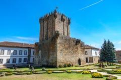 Gammal torn, slott och trädgård i Chaves, Portugal Arkivfoton