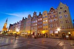 Gammal town av Gdansk med stadshuset på natten Arkivbild