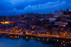 Gammal town av Porto på natten, Portugal royaltyfria bilder