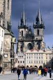 Gammal Townfyrkant med den gotiska domkyrkan för St Teyn i Prague Arkivfoto
