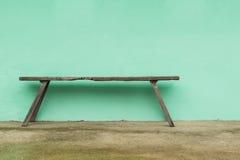 Gammal träbänk- och gräsplanvägg Fotografering för Bildbyråer