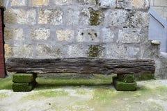 gammal träbänkträbrun sten Arkivfoto