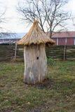 Gammal träbibikupa på en bakgrund av gräs royaltyfri fotografi