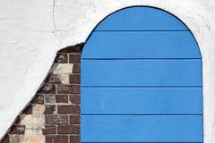 Gammal träblå dörr Arkivbilder