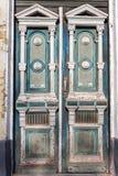 Gammal träblå dörr i forntida byggnad Träingång till det antika historiska huset Forntida arkitekturbegrepp Royaltyfri Bild