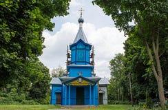 Gammal träblå kristen kyrka som lokaliseras i byn royaltyfri fotografi