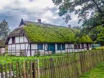 Gammal träbondgård i Kluki, Polen Arkivbilder