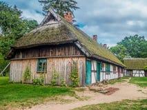 Gammal träbondgård i Kluki, Polen Arkivfoto